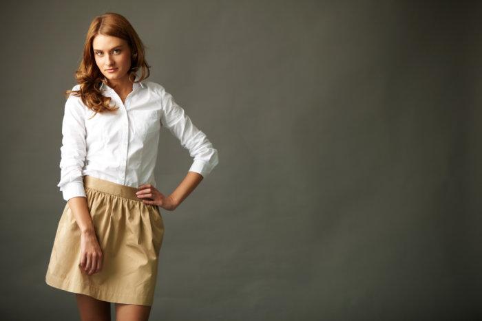 シャツ、スカートスタイルで大人の雰囲気に